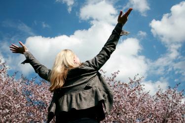 Titelbild für das Menü Chancen gestalten mit einer Frau mit Armen, die zum Himmel ausgestreckt sind. Bibelvers: Sei getrost, steh auf! Er ruft dich! Markus 10,49