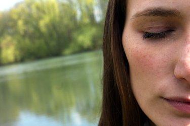 Titelbild für das Menü Hilfe und Seelsorge mit Gesicht einer Frau mit geschlossenen Augen. Bibelvers: Ein Mensch sieht, was vor Augen ist; aber Gott sieht das Herz an. Sam 16,7